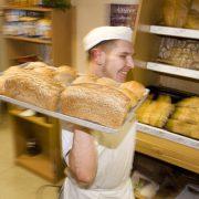 Reportage über die Bäckerei der Suchthilfe Fleckenbühl im Bamberger Hof in Frankfurt. Mitarbeiter Uwe Lehnen in der Bäckerei.